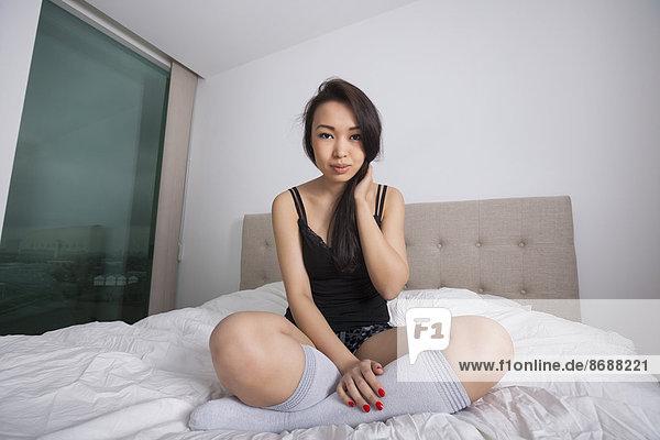 Portrait  Frau  Schönheit  Bett  jung  Länge  Nachthemd  voll