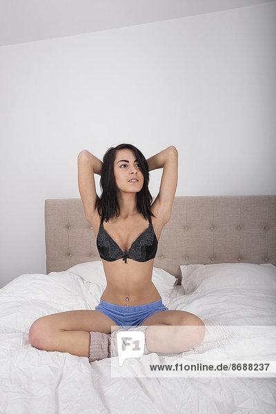 Frau  Bett  Unterwäsche  jung  Länge  voll  Geschlechtsverkehr