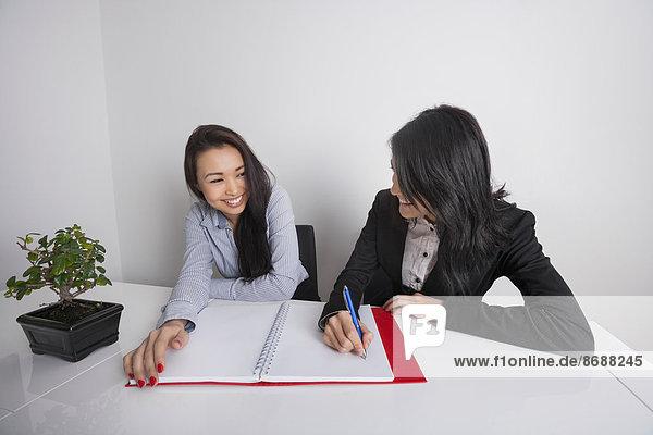 Geschäftsfrau  Schreibtisch  Fröhlichkeit  arbeiten  Büro