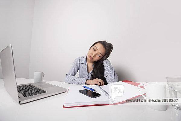 Geschäftsfrau  Schreibtisch  Langeweile  arbeiten  Büro