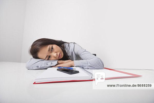 angelehnt  Geschäftsfrau  Schreibtisch  Erschöpfung  Büro