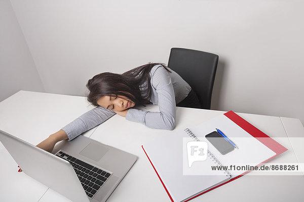 Geschäftsfrau  Schreibtisch  Erschöpfung  schlafen  Büro