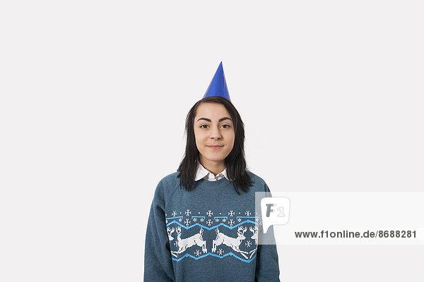 Portrait Frau grau Party Hut Hintergrund Weihnachten Pullover Kleidung