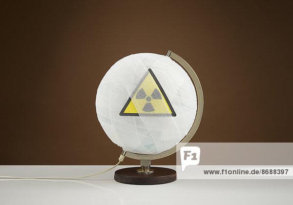 Globus mit Verband und Logo - Radioaktiv