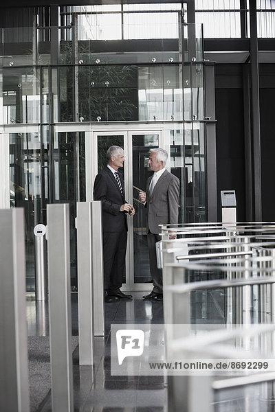 Zwei Geschäftsleute sprechen in der Lobby