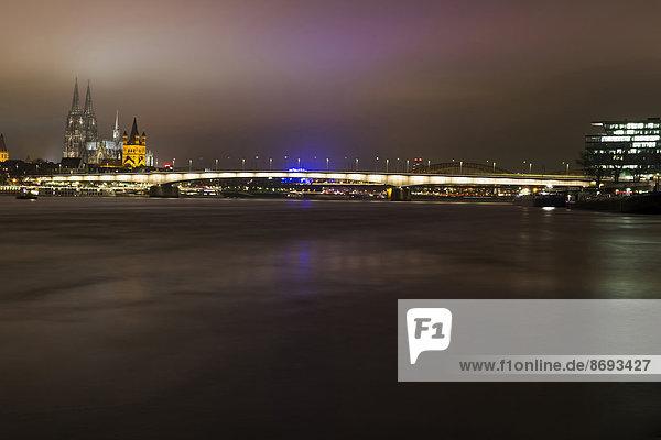 Deutschland  Nordrhein-Westfalen  Köln  Blick auf Deutz-Brücke  Großer St. Martin und Kölner Dom bei Nacht