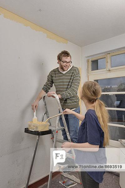 Junges Paar renoviert neue Wohnung