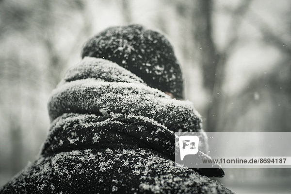 Mann in schwarzer Jacke im Schnee  Nahaufnahme