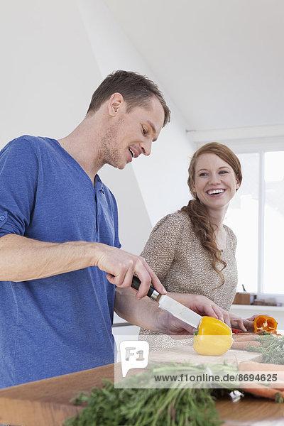 Junges Paar  das Essen zubereitet
