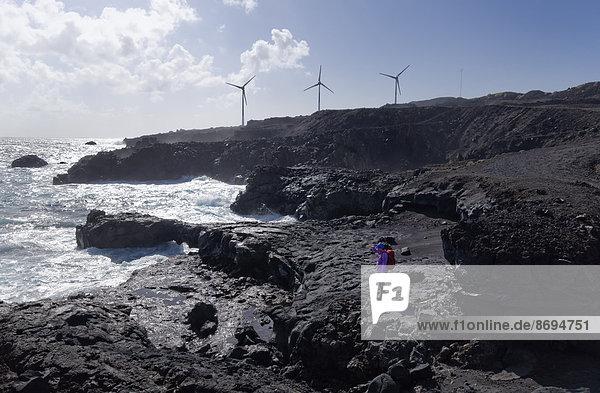 Spanien  Kanarische Inseln  La Palma  Fuencaliente  Frau an der Küste