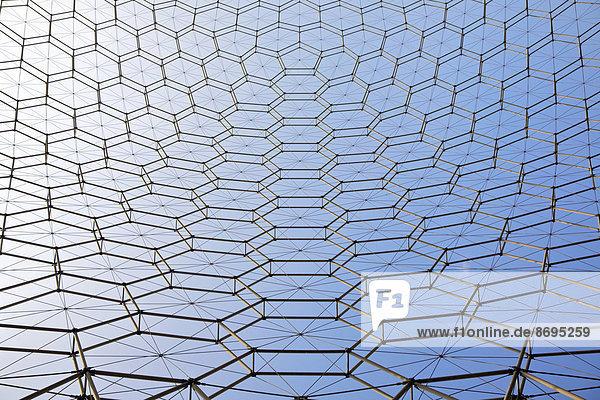 Geometrisches Muster der geodätischen Kuppel am internationalen Hauptsitz der American Society of Materials International  bei Cleveland  Ohio  USA