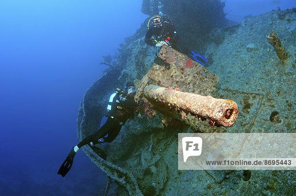 'Taucher am Flugabwehrgeschütz am Heck des Schiffswracks der ''SS Thistlegorm'',  Rotes Meer,  Ägypten'