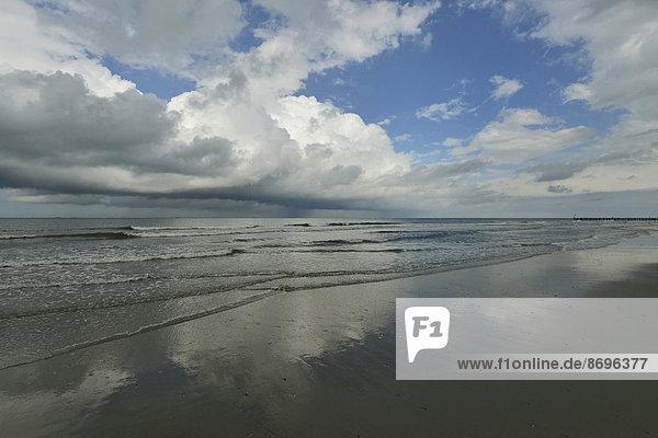 Wechselwetter und Wolken am Meer  Wangerooge  Friesland  Niedersachsen  Deutschland