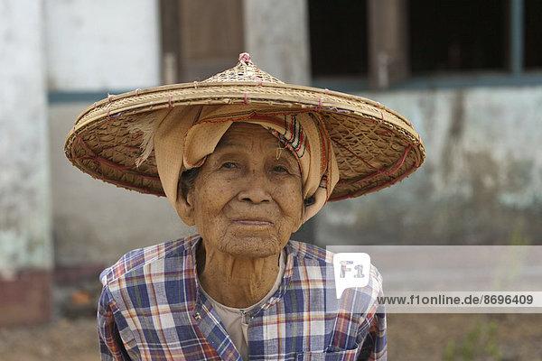 Alte Bäuerin mit Hut  Yangon  Myanmar