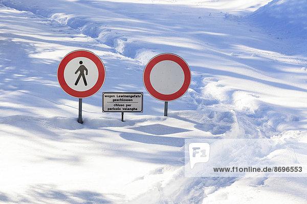 Warnschilder Lawinengefahr  Penserjoch  Sterzing  Südtirol  Italien