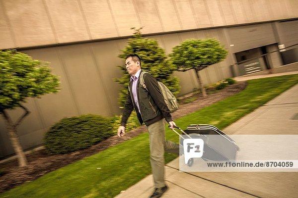 Mann  ziehen  Koffer