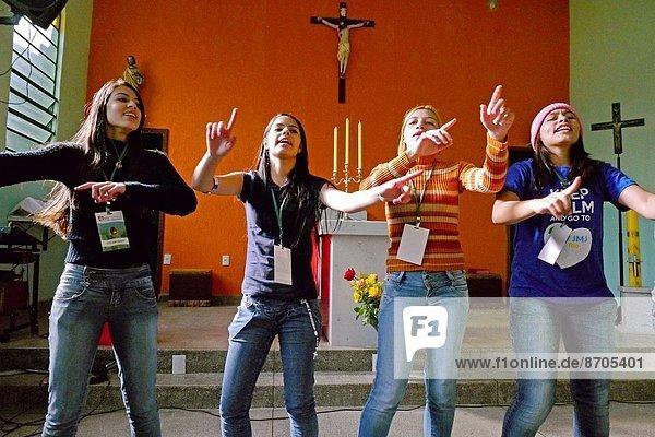 tanzen  Kirche  Besuch  Treffen  trifft  Norden  Nachbarschaft  Ghetto  Hilfe  Pilgerer  brasilianisch  Ortsteil  Freiwilliger