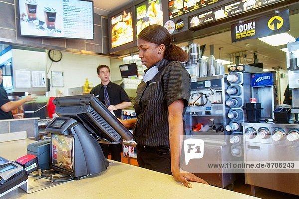 Fast Food  takeaway  junk  Frau  Mann  Angestellter  arbeiten  Beruf  Restaurant  schwarz  Kassierer  Hamburger  bestellen  Tresen  Florida