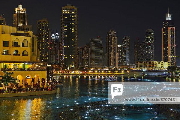 Lake Burj Khalifa und Downtown bei Nacht  Dubai  Vereinigte Arabische Emirate