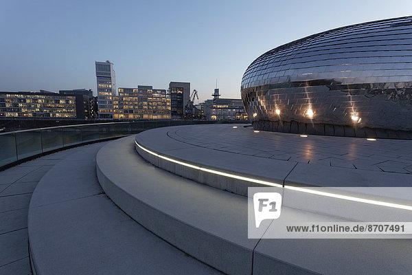 'Skyline und futuristischer Pavillon mit Spiegelfassade  Hyatt Regency Hotelbar ''Pebble's''  blaue Stunde  Medienhafen  Düsseldorf  Nordrhein-Westfalen  Deutschland'