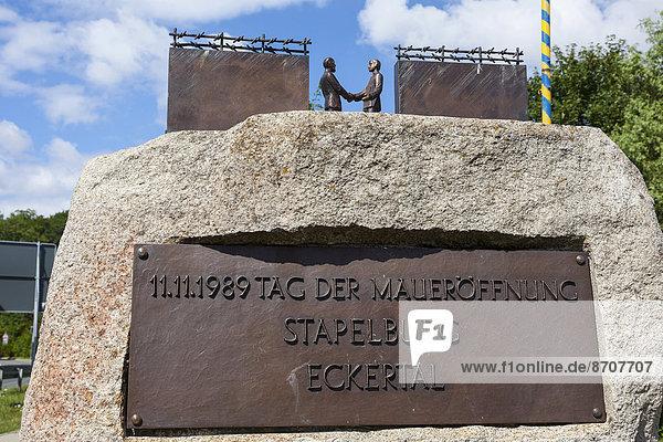 Denkmal zum Tag der Maueröffnung am 11.11.1989 zwischen Stapelburg und Eckertal  ehemalige innerdeutsche Grenze  Sachsen-Anhalt  Deutschland