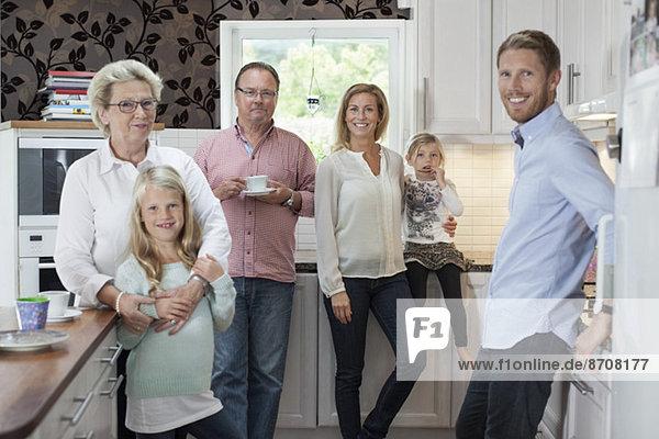 Porträt einer glücklichen Mehrgenerationen-Familie in der Küche