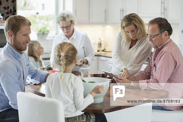 Drei Generationen Familie kochen in der Küche