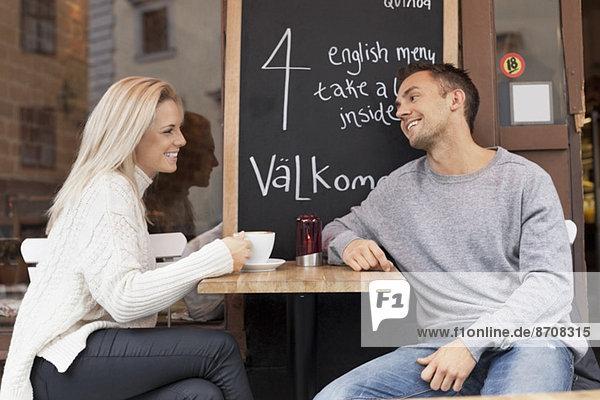Junges Paar verbringt Freizeit im Outdoor-Café