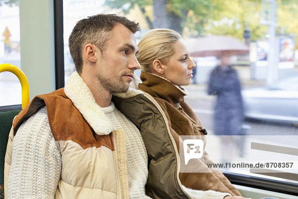 Junges Paar im Bus unterwegs