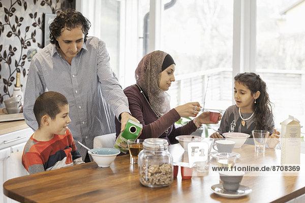 Familie beim gemeinsamen Frühstück zu Hause