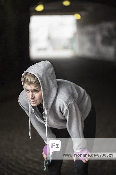 Sportliche Frau ruht im Tunnel