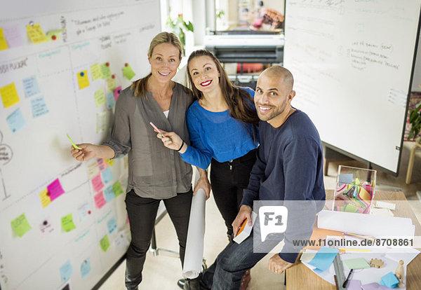 Hochformatiges Portrait von Geschäftsleuten im Kreativbüro