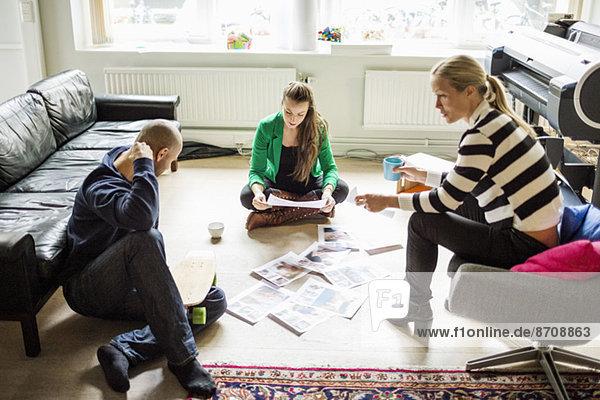 Geschäftsleute  die sich im Kreativbüro unterhalten