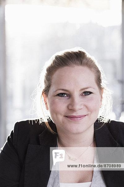 Portrait der selbstbewussten Geschäftsfrau im Restaurant
