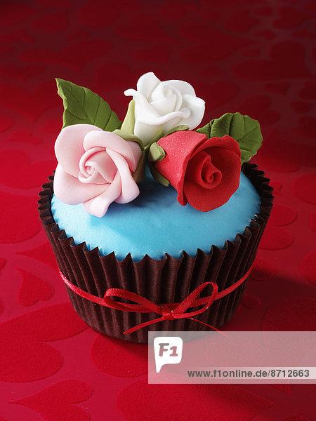 weiß  Eis  rot  Rose  türkis  verzieren  Verzierung  Garnierung  garnieren