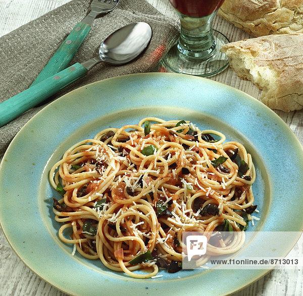 Teller  Tomate  Spaghetti  Olive  selbstgemacht