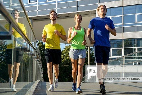 Kleine Gruppe erwachsener Läufer auf der Stadtbrücke