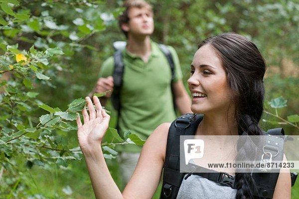 Junge Wanderer im Wald