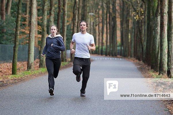 Paar läuft durch den Wald