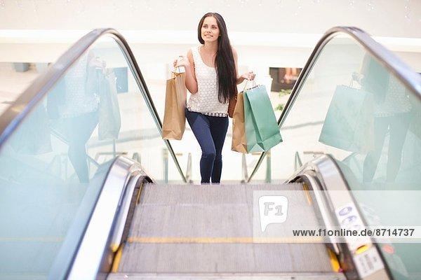Junge Frau auf Einkaufstour