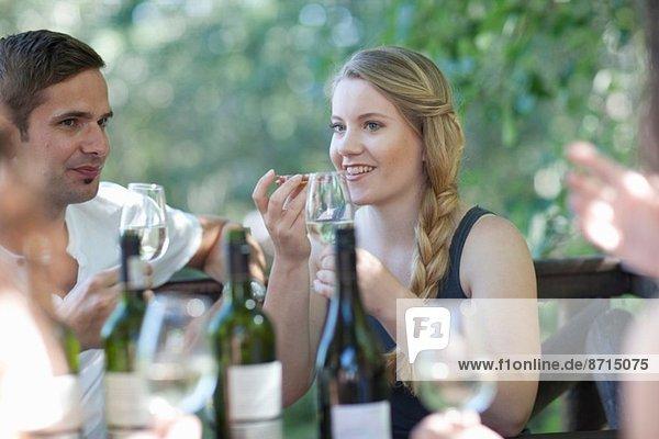 Junge Freunde verkosten und riechen Wein an der Weinbergsbar