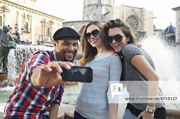 Touristenfreunde beim Selbstporträt  Plaza de la Virgen  Valencia  Spanien