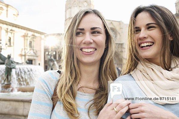 Zwei junge Touristinnen  Plaza de la Virgen  Valencia  Spanien Zwei junge Touristinnen, Plaza de la Virgen, Valencia, Spanien
