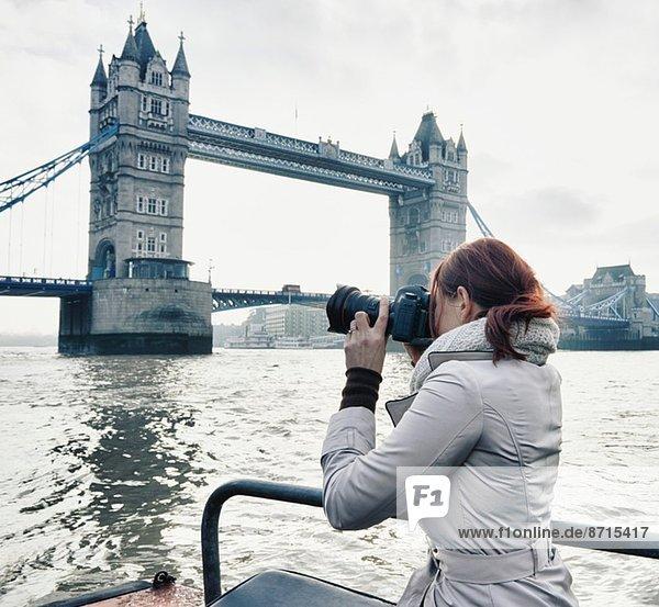 Fotografin beim Fotografieren der Tower Bridge London  UK Fotografin beim Fotografieren der Tower Bridge London, UK
