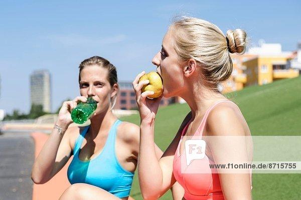 Junge Sportlerinnen bei einer Ernährungspause
