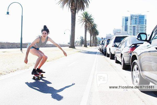 Junge Frau beim Skateboarden  Port Melbourne  Melbourne  Australien