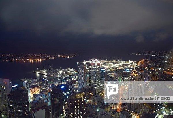 Hochwinkelansicht von Auckland bei Nacht  Neuseeland