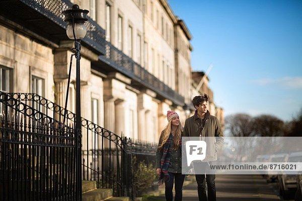 Ein junges Paar läuft auf der Regent Terrace in Edinburgh  Schottland.