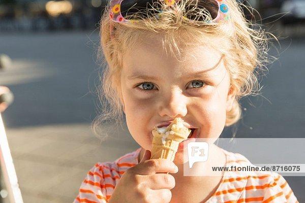 Nahaufnahme eines Mädchens beim Eis essen
