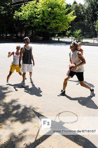 Gruppe von Freunden  die Basketball spielen
